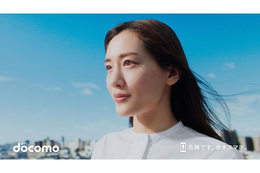 NTTドコモ新CM「新登場」篇に出演する綾瀬はるか