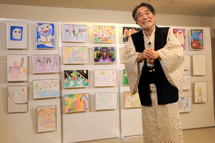 応募作品を前に「稲川芸術祭」について語った【写真提供:(C)稲川芸術祭】