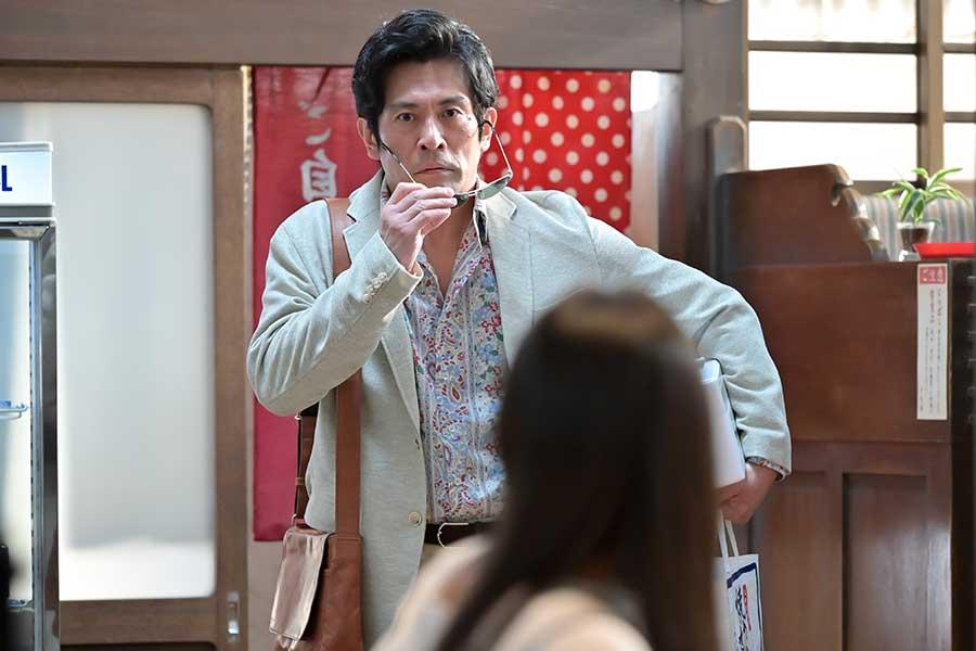 百音の父を演じる耕治(内野聖陽)【写真:(C)NHK】