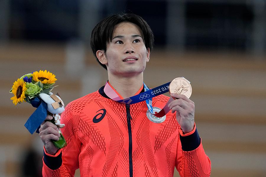 東京五輪の体操男子団体総合で銀メダル、種目別・あん馬で銅メダルを獲得した萱和磨【写真:AP】