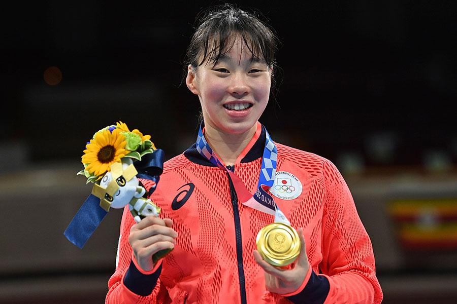 東京五輪・ボクシング女子フェザー級で金メダルを獲得した入江聖奈【写真:AP】