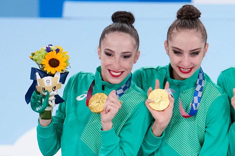 新体操団体総合で金メダルに輝いたブルガリア代表シモナ・ジャンコバ(左)【写真:AP】