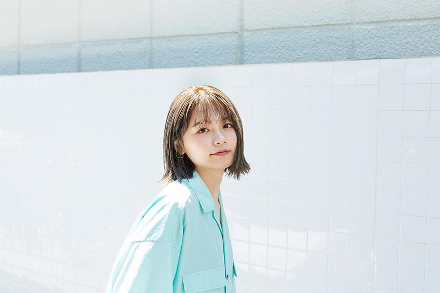 足立佳奈、デビュー4周年の記念日に新曲リリースが決定 大好きな友達に向けた一曲