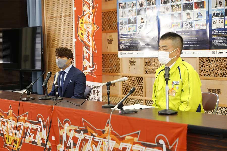 会見に臨んだ西川貴教(左)と三日月大造・滋賀県知事