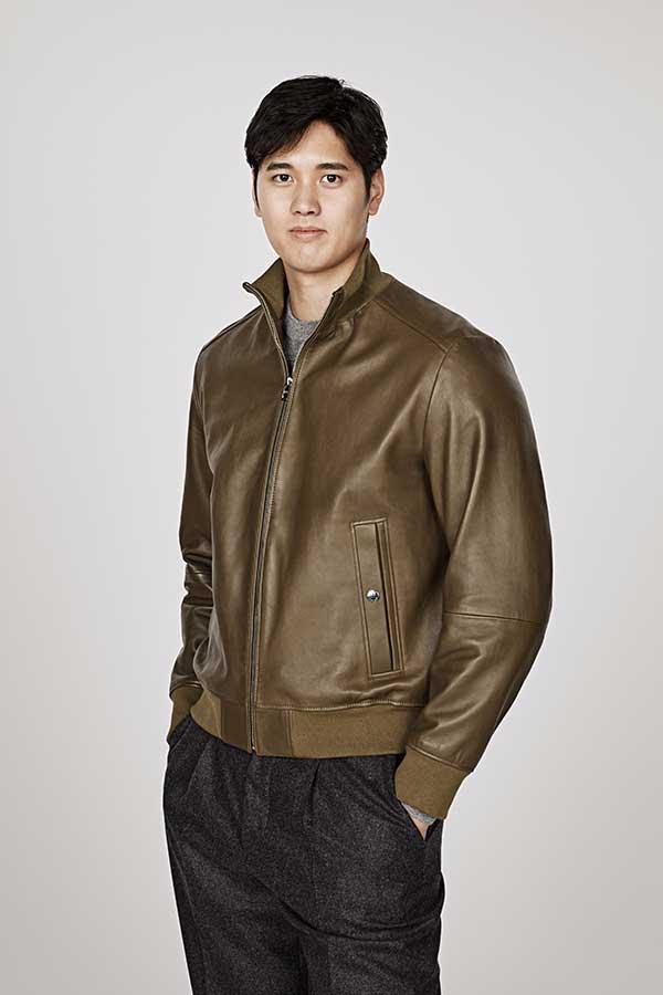 レザーボンバージャケットをまとう大谷翔平