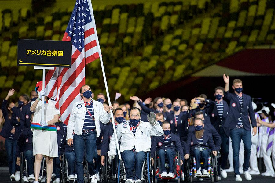 開会式で旗手を務めた米国代表のメリッサ・ストックウェル【写真:AP】