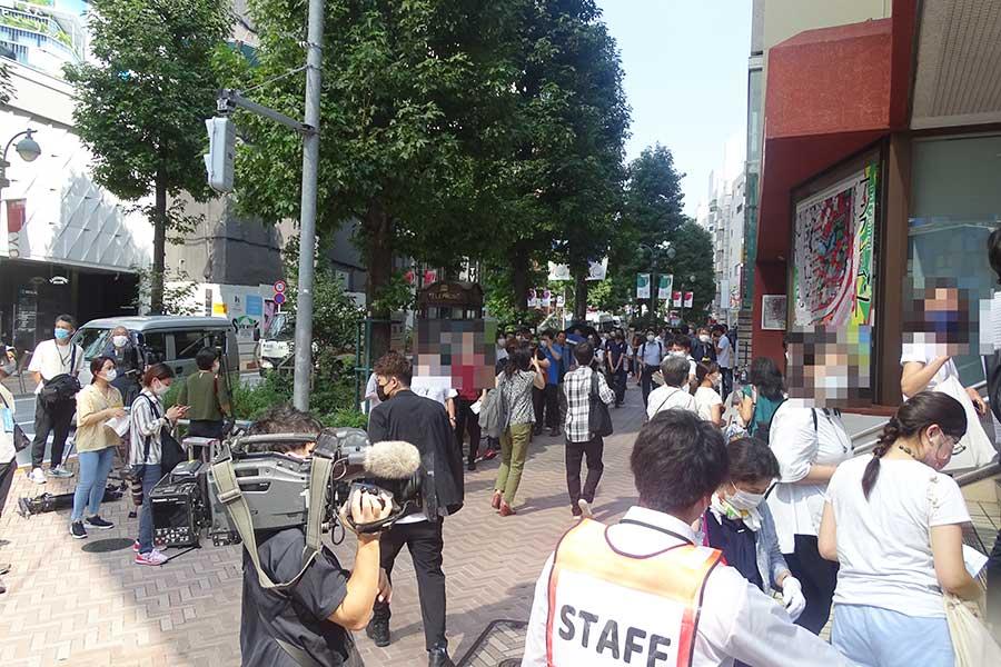 東京都による若年層・予約不要ワクチン接種の初日の様子。渋谷区立勤労福祉会館前では行列が見られた【写真:ENCOUNT編集部】(一部、モザイク処理をしています)