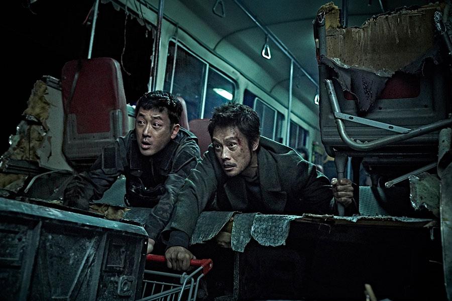 対立から共闘へ。バディ感がたまらないハ・ジョンウ(左)とイ・ビョンホン