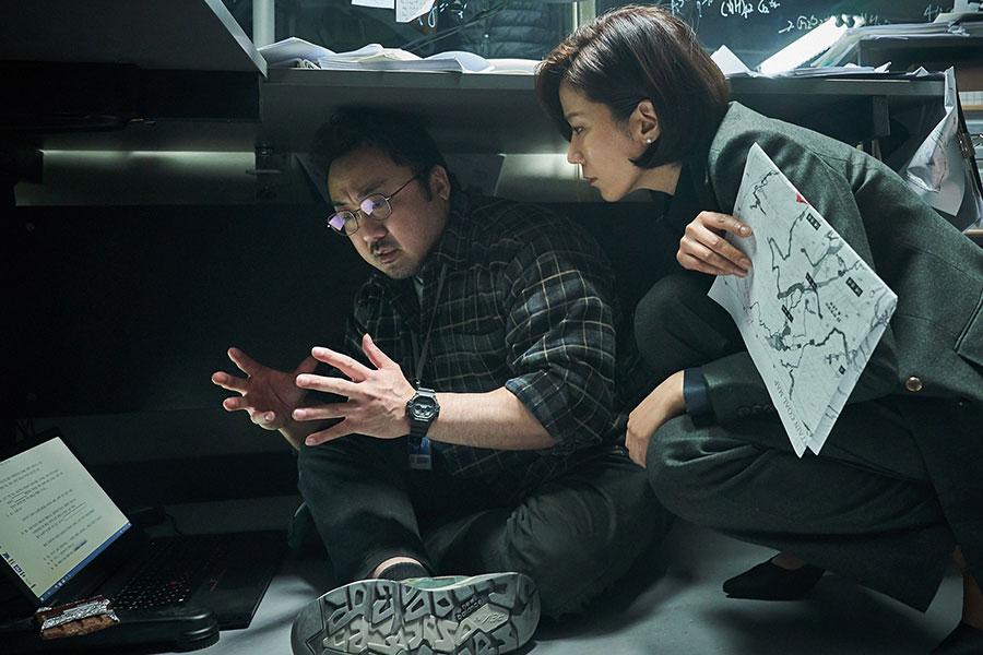 大学教授役のマ・ドンソク(左)と大統領府民政首席役のチョン・ヘジンの会話シーンがコミカル