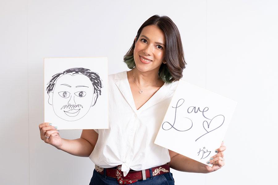 色紙に婚約者の似顔絵と「LOVE」と書いて幸せそうなGOW【写真:荒川祐史】