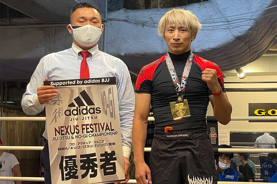 試合後、渡部修斗はNEXUSの山田峻平代表からの勝利者賞を受け取った