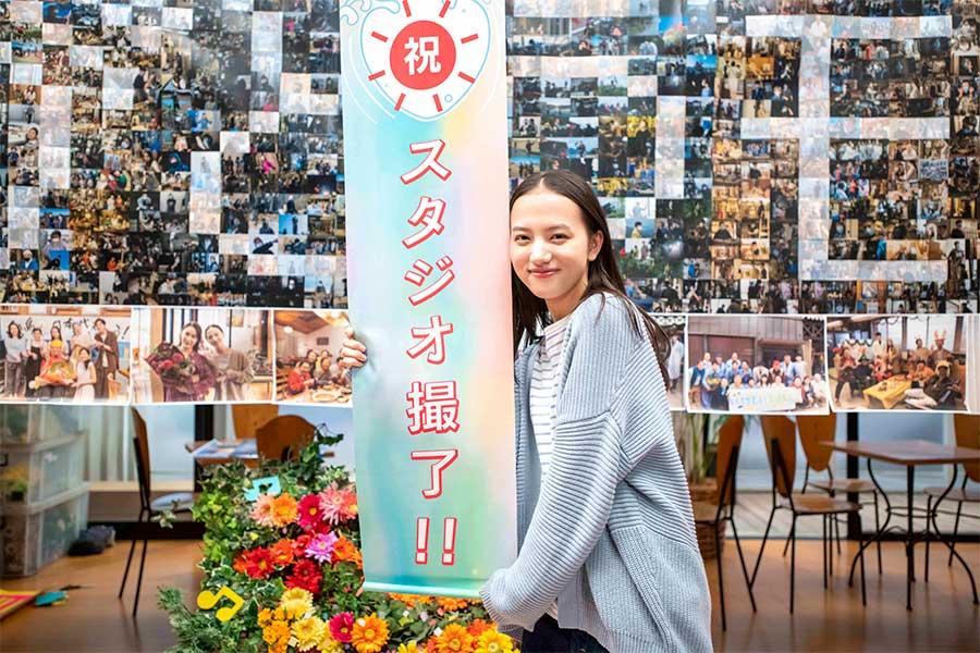 8月31日に「おかえりモネ」のスタジオ収録を終えた清原果耶【写真:(C)NHK】