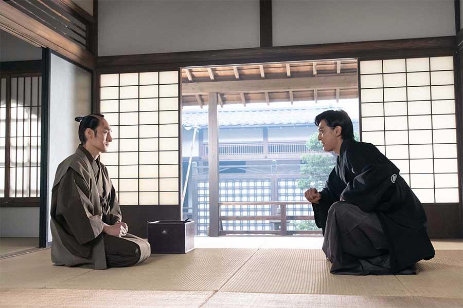 渋沢栄一を演じる吉沢亮(右)と慶喜を演じる草なぎ剛【写真:(C)NHK】