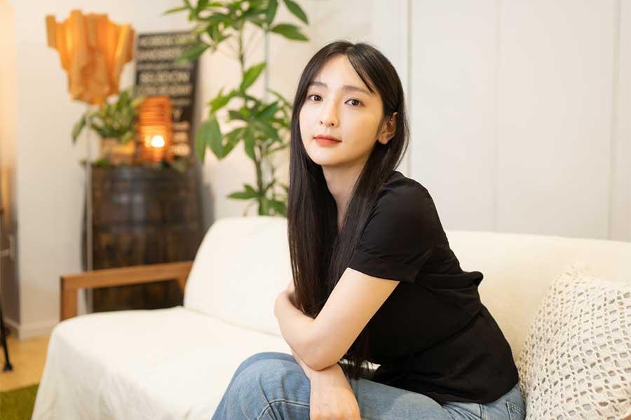 黒いロングヘアが美しいモデルの佐藤かよさん【写真:荒川祐史】