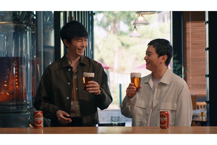 「SPRING VALLEY 豊潤<496>」新テレビCMに出演する長谷川博己(左)と染谷将太