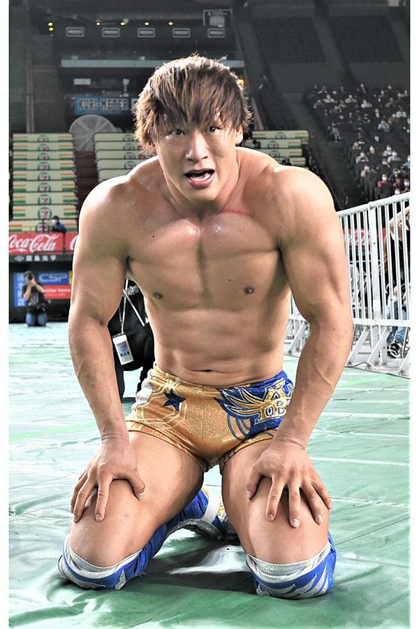 棚橋弘至が仁王立ちするリングを見上げる飯伏幸太【写真:新日本プロレス提供】