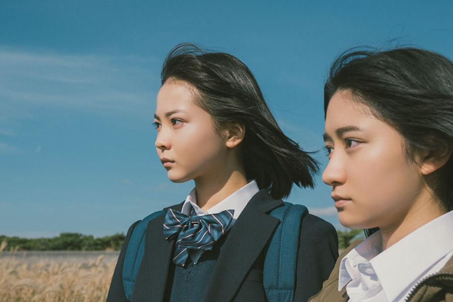映画「麻希のいる世界」で由希を演じる新谷ゆづみ(左)と、麻希を演じる日高麻鈴【写真:(C)SHIMAFILMS】