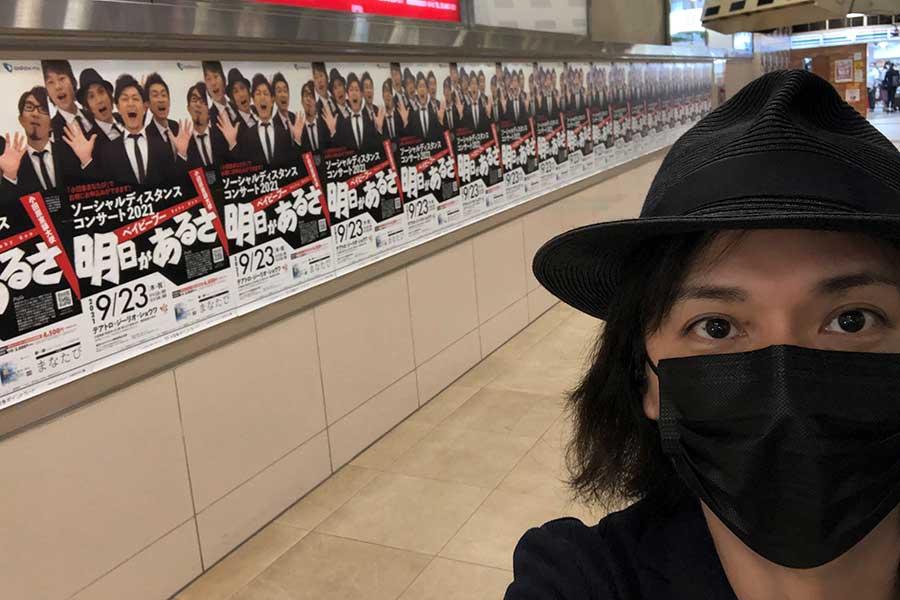 新宿駅6番線ホームをジャック【写真:ツイッター(@YouBabyBoo214)より】