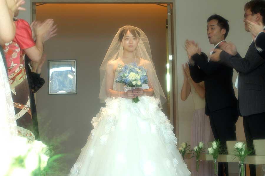 カンテレのSPドラマでウエディングドレス姿を披露した峯岸みなみ【写真:(C)カンテレ】