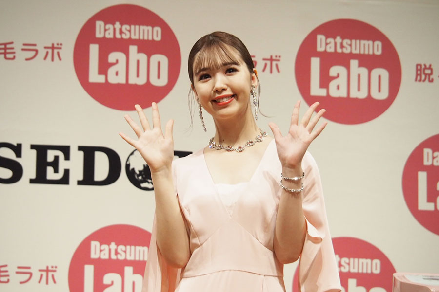 ピンク色のロングドレスで登壇した藤田ニコル【写真:ENCOUNT編集部】