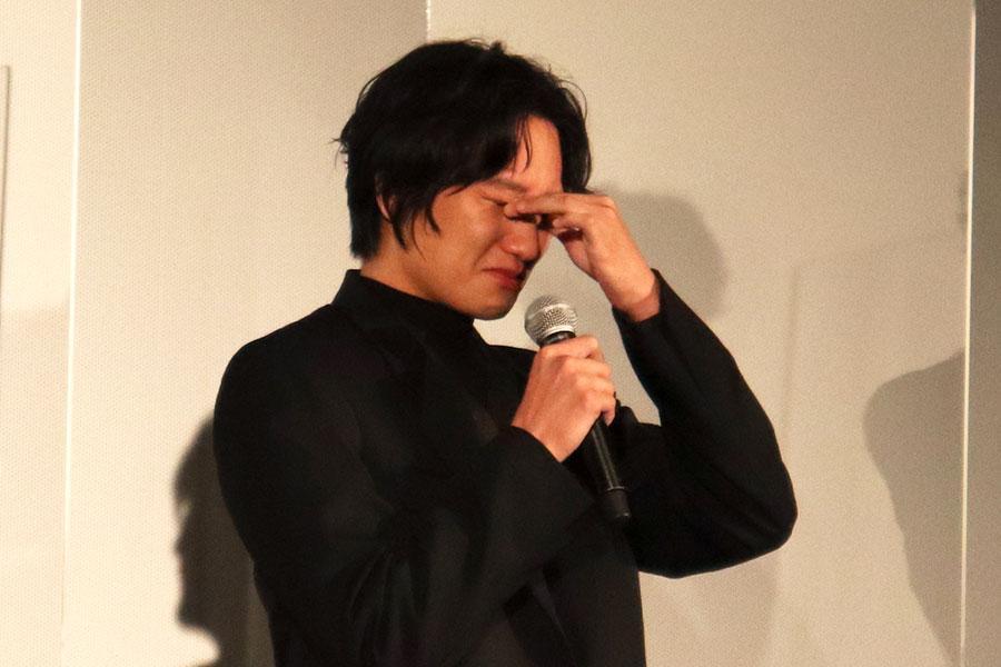 映画「DIVOC-12」完成披露試写会で目頭を押さえ涙をこらえる藤原季節【写真:ENCOUNT編集部】