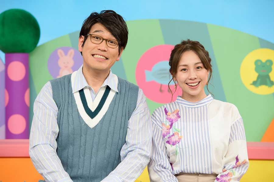 「すくすくナイト」でMCを務める古坂大魔王と鈴木あきえ【写真:(C)NHK】