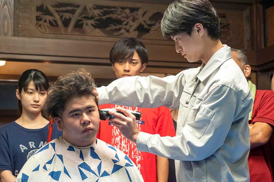 「おかえりモネ」で悠人(右=高田彪我)に髪を切ってもらう三生(前田航基)【写真:(C)NHK】