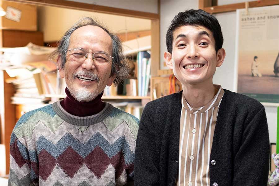 矢部太郎(右)と父・やべみつのりさん【写真:(C)新潮社】