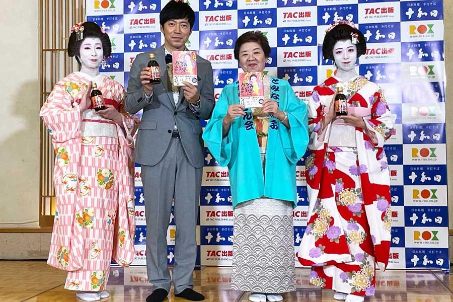 東貴博(中央左)と浅草の名物おかみ・冨永照子さん(同右)【写真:ENCOUNT編集部】