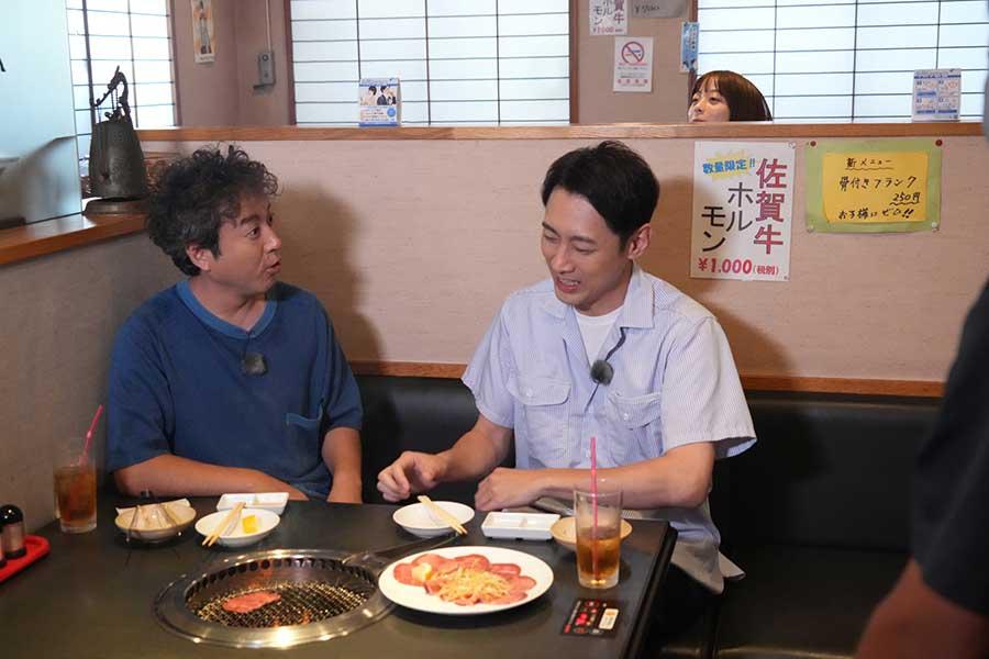 思い出の焼肉店を訪れる小泉孝太郎(右)とムロツヨシ【写真:(C)フジテレビ】