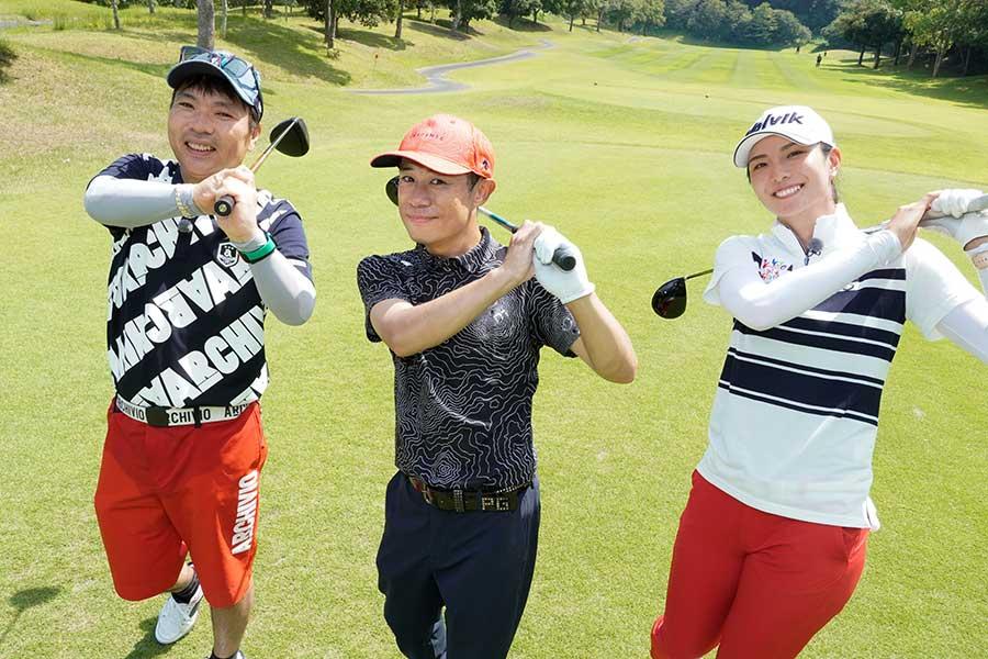 ゴルフレッスンを楽しむ真矢、伊藤淳史、高島プロ(左から)【写真:(C)BSテレ東】
