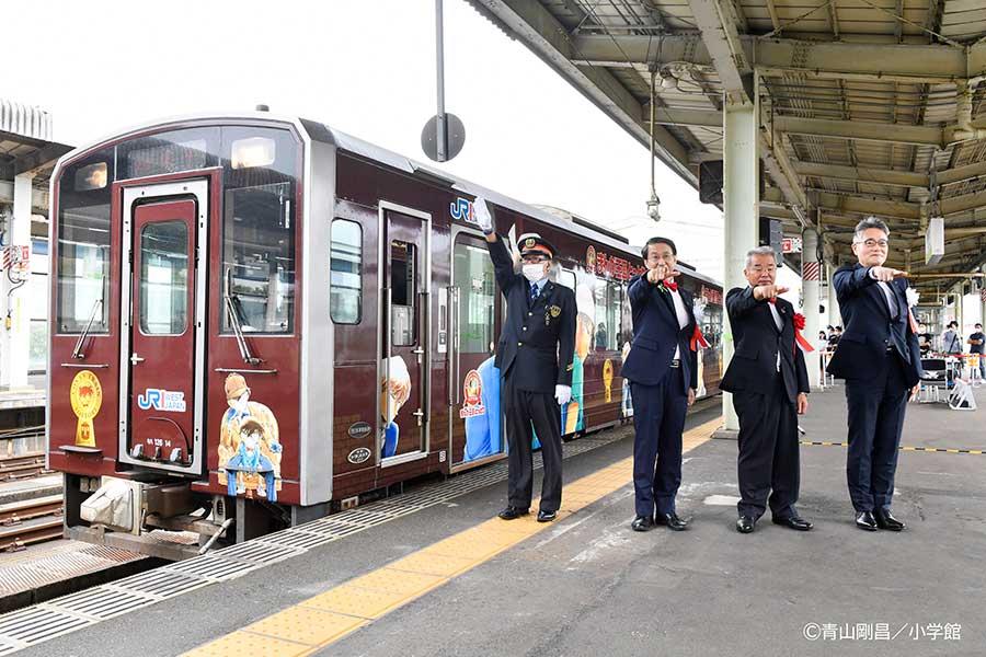 18日より鳥取県で運行開始した「名探偵コナン列車」【写真:(C))青山剛昌/小学館】