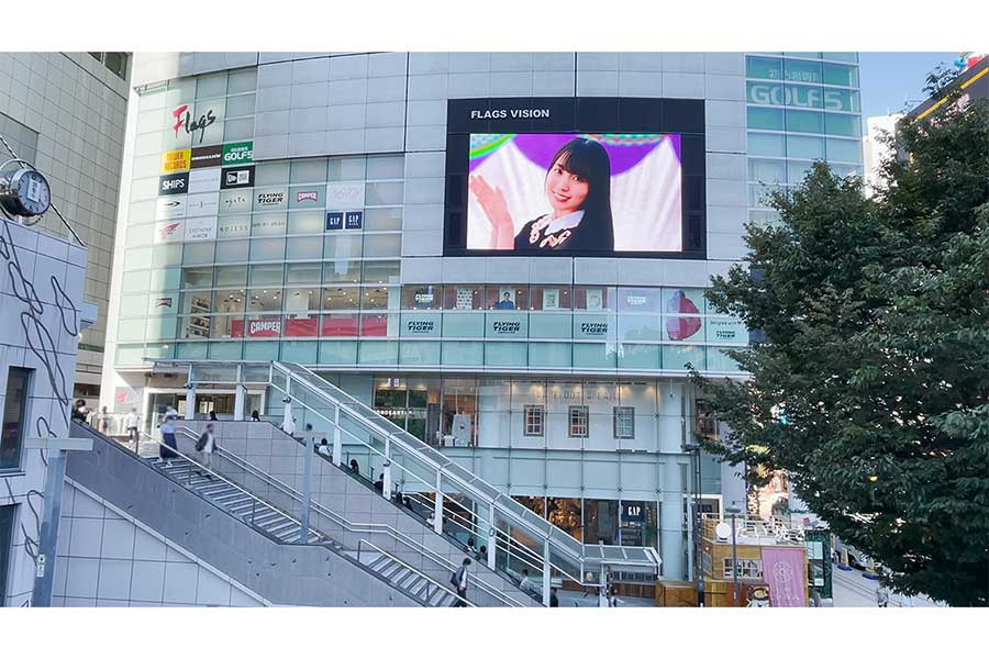 「乃木坂的フラクタル」新宿駅フラッグスビジョンの広告【写真:(C)乃木坂 46LLC/Y&N Brothers Inc. (C)gumi】