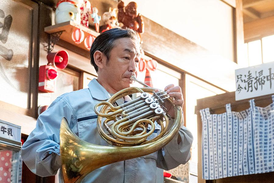 百音と菅波の前でホルンを演奏する宮田(石井正則)【写真:(C)NHK】