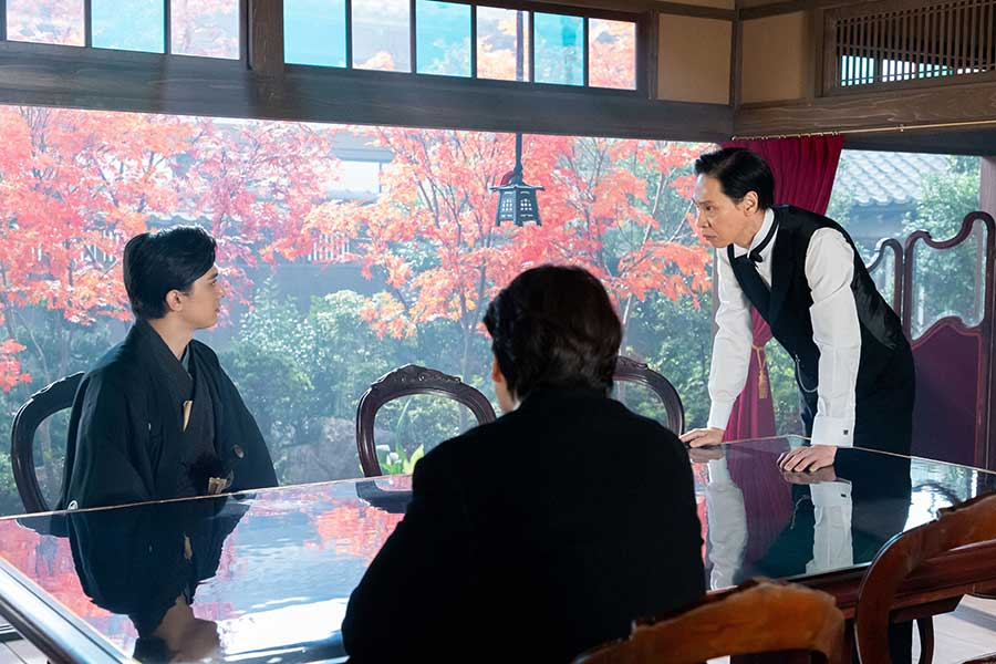 大隈重信(右=大倉孝二)と話す渋沢篤太夫(左=吉沢亮)【写真:(C)NHK】