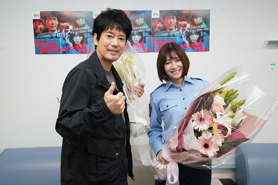 「ボイスII 110緊急指令室」でクランクアップを迎えた唐沢寿明(左)と真木よう子【写真:(C)日本テレビ】