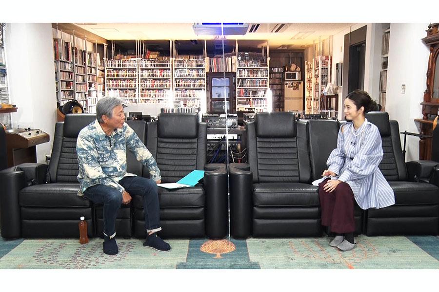 特番「小倉ベース」でトークを重ねる(左から)小倉智昭と上戸彩【写真:(C)フジテレビ】