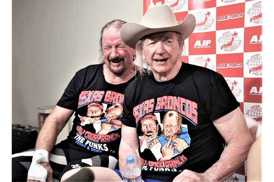 ドリー(右)とテリーのファンクスの支持率は高い【写真:柴田惣一】
