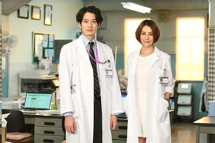 「ドクターX」に出演する岡田将生(左)と米倉涼子【写真:(C)テレビ朝日】