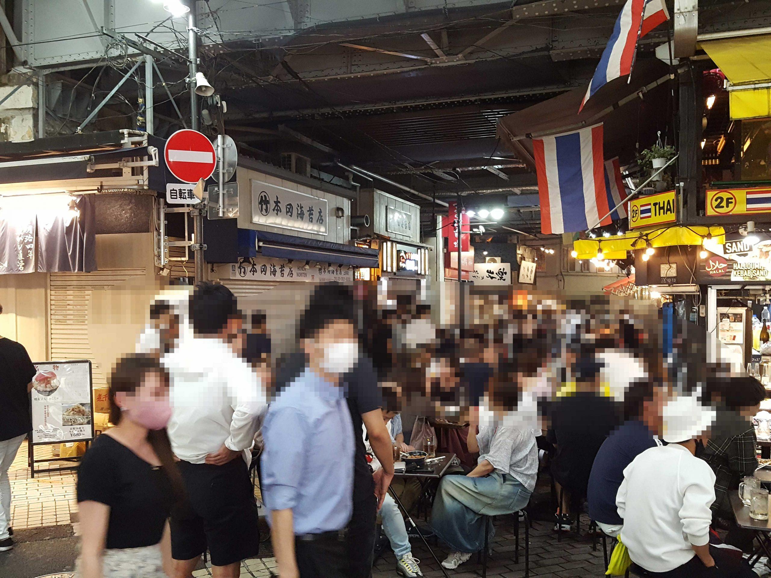 宣言解除後、初の週末となった上野の大歓楽街は若者でごった返した【写真:ENCOUNT 編集部】