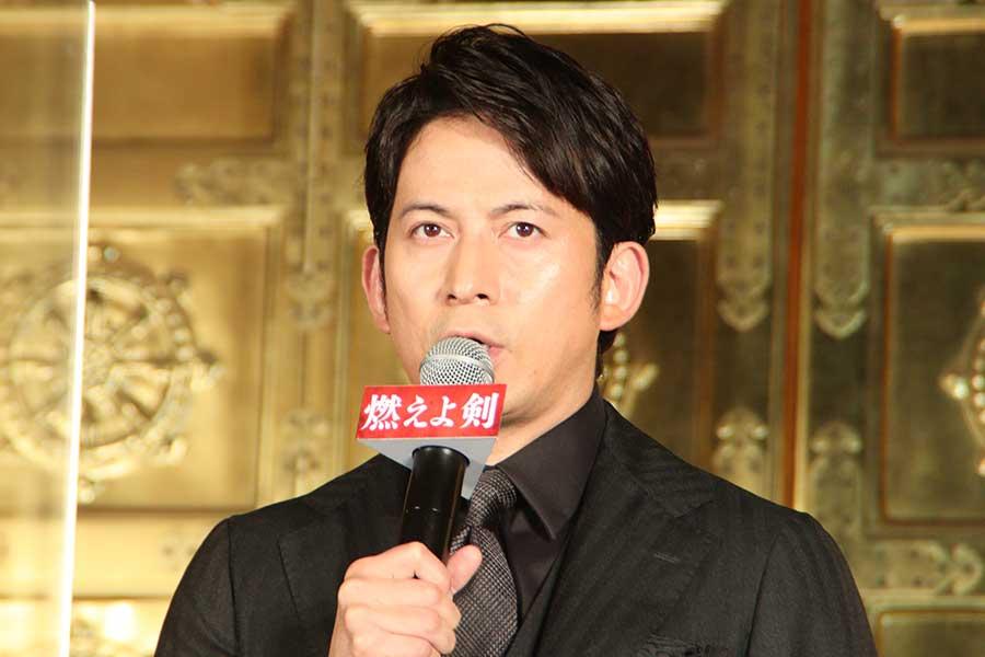 映画「燃えよ剣」の公開直前イベントに登場したV6の岡田准一【写真:ENCOUNT編集部】