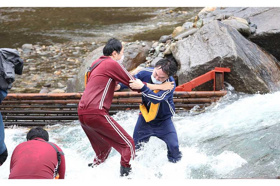 因縁のアンガ・田中とかまいたち・山内が水温5度でガチンコ漁対決【写真:(C)フジテレビ】