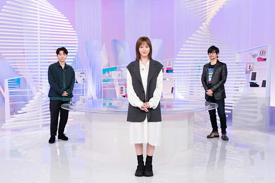 NHKの開発番組「ゲームゲノム」でMCを務める本田翼(中。左は星野源、右は小島秀夫氏)【写真:(C)NHK】
