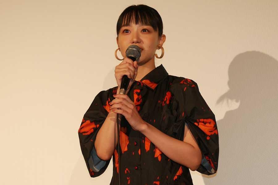 映画「草の響き」の公開記念舞台あいさつに登場した奈緒【写真:ENCOUNT編集部】